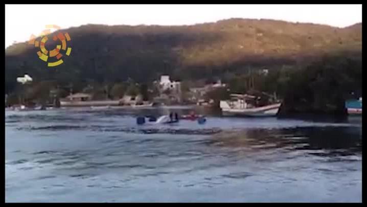 Veja imagens do resgate da lancha que naufragou em Balneário Camboriú