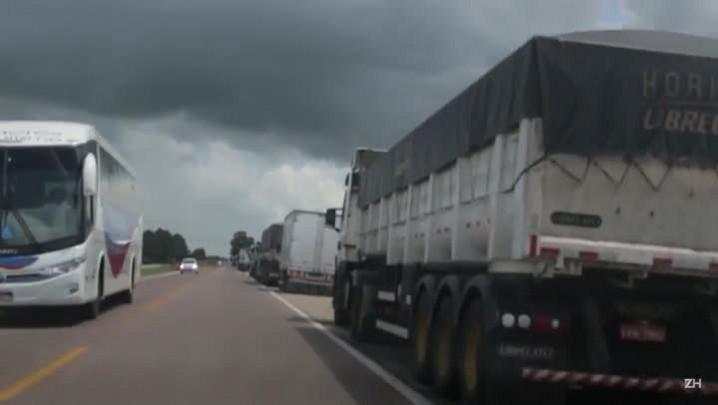 Fila de caminhões parados em Pelotas