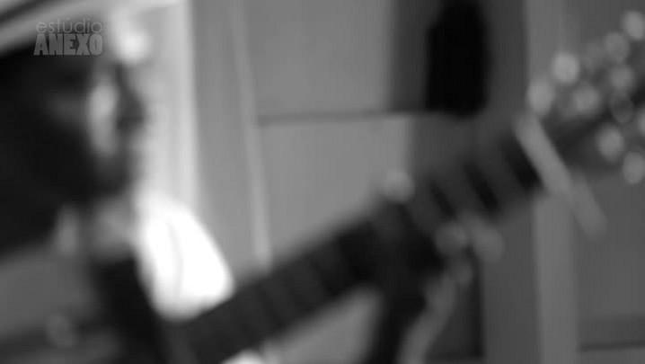 """Estúdio Anexo: François Muleka canta \""""Tapete Azul\"""""""