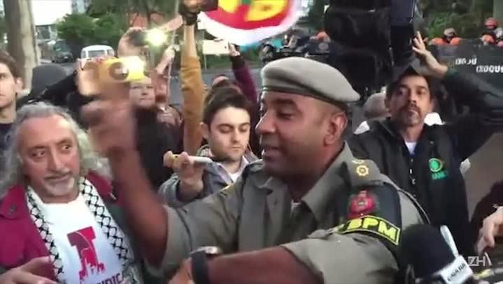 Brigada e manifestantes negociam liberação de garagem da Carris