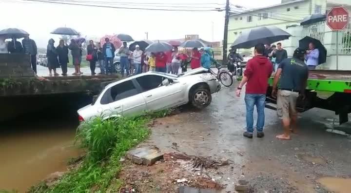 Guincho retira carro que caiu dentro de rio em Joinville