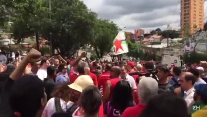 Em São Bernardo do Campo, apoiadores se reúnem em frente ao prédio de Lula