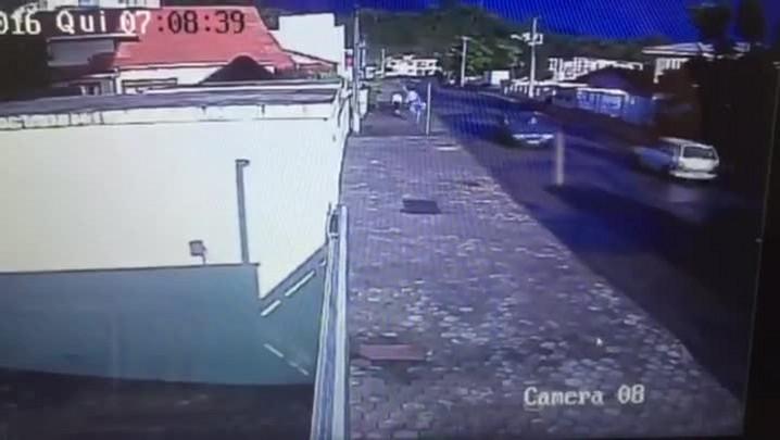 Câmeras flagram suspeito fugindo após morte em Pirabeiraba
