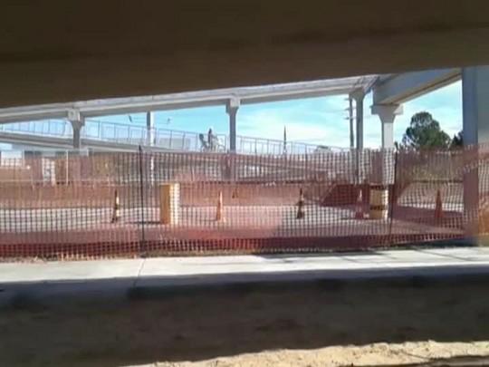 Motociclistas utilizam passarela para pedestres na SC-401