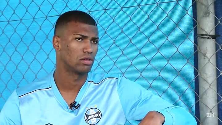 Bate-bola com volante Walace, do Grêmio