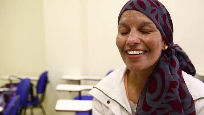 Mulheres em tratamento contra o câncer fazem aula de maquiagem