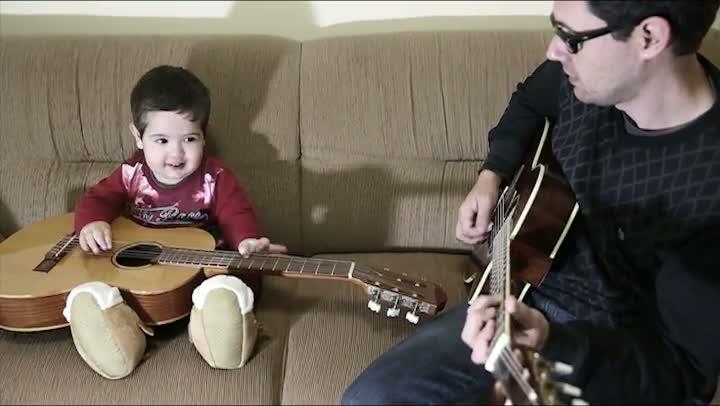 Menino cantando Beatles torna-se viral na internet