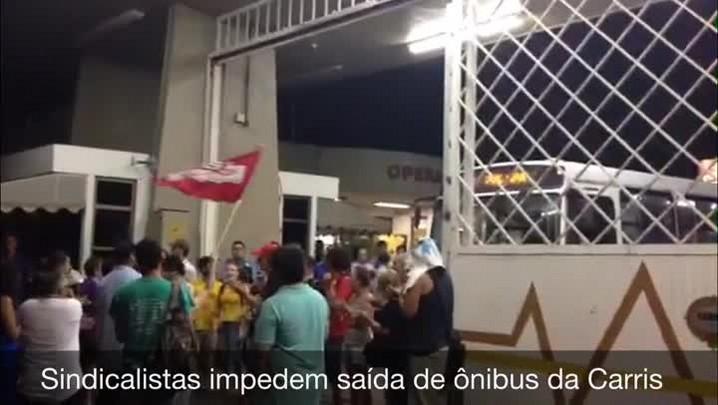 Sindicalistas e integrantes do Bloco de Lutas impedem saída de ônibus da Carris - 29/01/2014