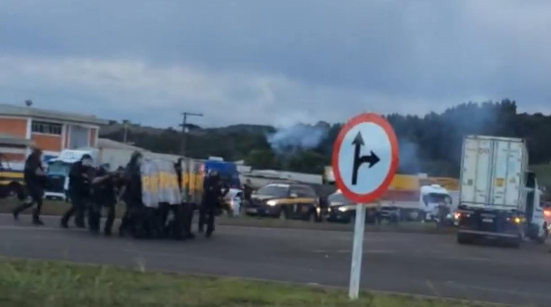 Confronto entre PRF e caminhoneiros no Oeste de SC