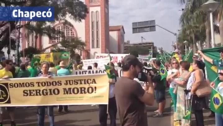 Protestos SC: manifestantes cantam o Hino Nacional brasileiro no centro de Chapecó