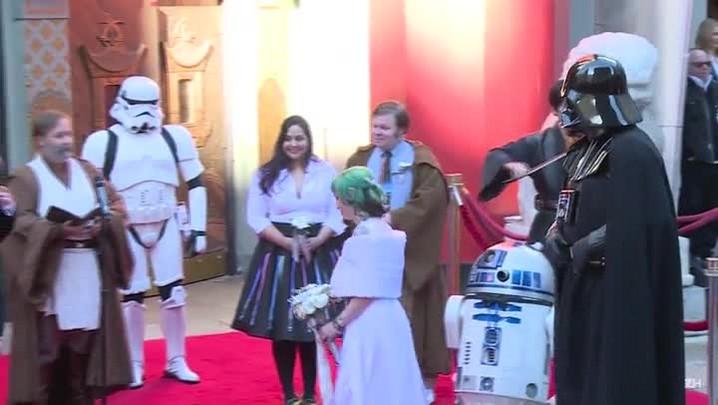 Fãs se casam em estreia de novo Star Wars