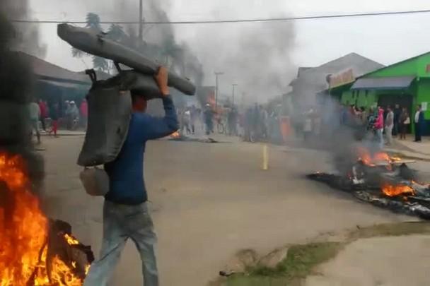 Moradores bloqueiam ruas na entranda do Loteamento Juquiá em protesto pela derrubada de casas