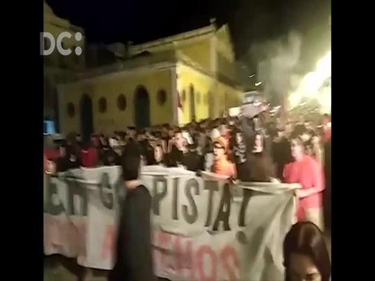 Manifestantes contra Temer iniciam caminhada pelas ruas centrais de Florianópolis