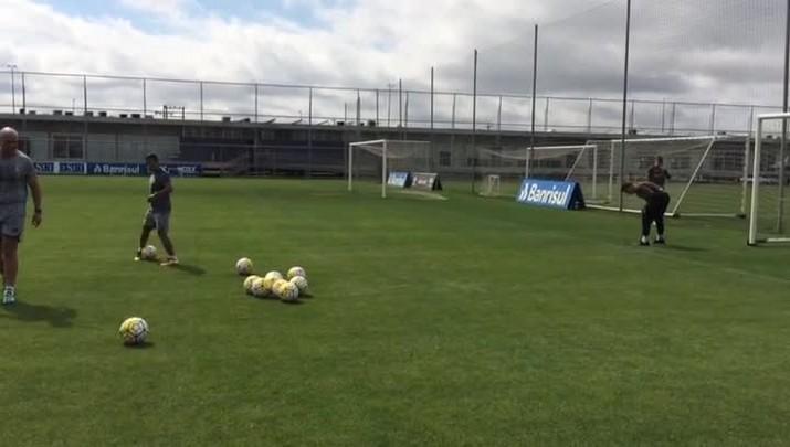 Preparador Rogério Godoy exige de Marcelo Grohe no treinamento de goleiros