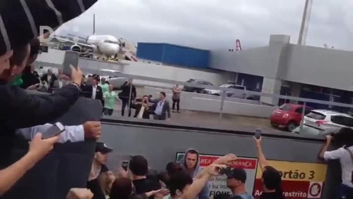 Bolsonaro é recebido no aeroporto de Florianópolis