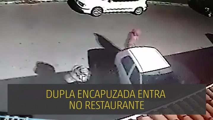 Imagens mostram momento em que criminosos atiram dentro de restaurante em Imbé