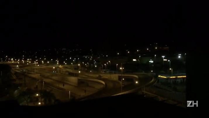 Torcedores do Cruzeiro fazem foguetório em frente ao hotel do Grêmio em BH