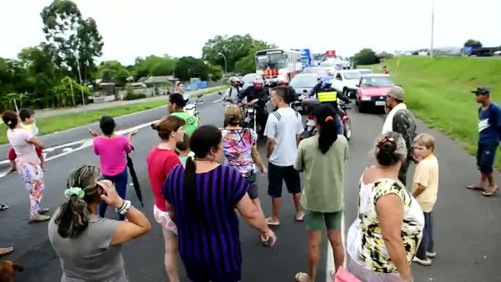 BR-290 é bloqueada por manifestantes