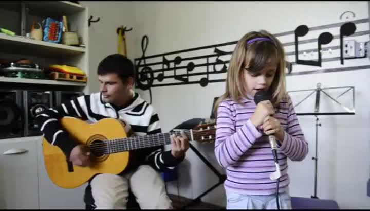 Nicole dos Santos da Silva, cega, sete anos de idade, interpreta Paula Fernandes