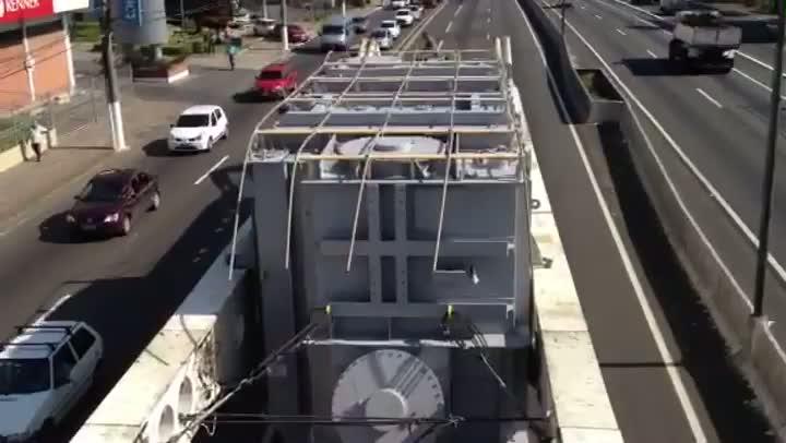 Em vídeo, veja o tamanho da carga que foi removida da BR-116, em Canoas