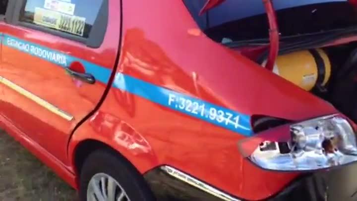 Caminhão tem problemas nos freios e atinge 6 carros no bairro Petrópolis. 09/05/2013