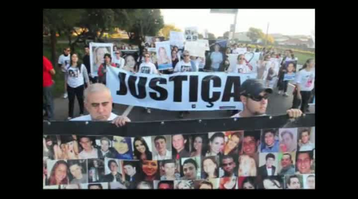 Familiares de vítimas da Kiss trancam a BR-287, em Santa Maria