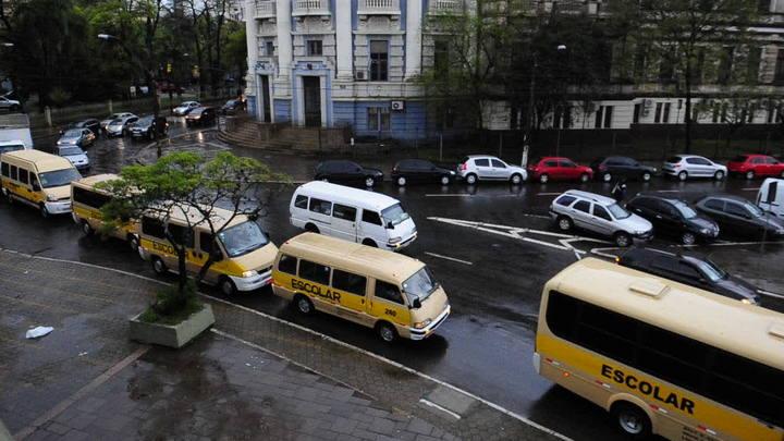 Proprietários de veículos escolares fazem protesto e congestionam vias da Capital