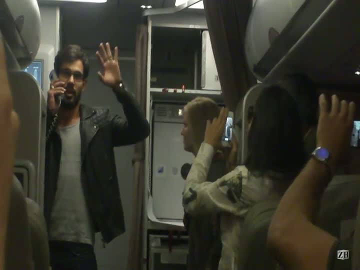 Juliano Cazarré fala inglês por comissários de bordo em voo para o Peru