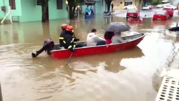 Bombeiros resgatam mais uma família afetada pela chuva em Montenegro. 26/08/2013