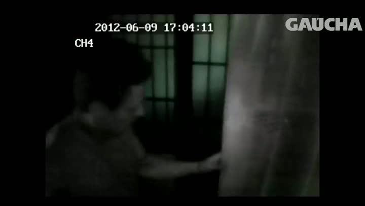 Confira o resumo do vídeo que reforça a tese de que idosa matou assaltante em Caxias do Sul. 27/08/2013