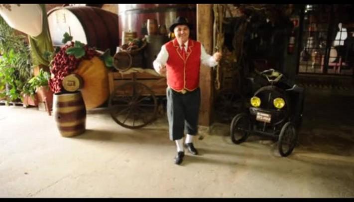 Pedro Serafin mostra passo de dança