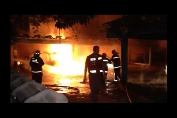 PAM do Bucarein em Joinville pega fogo e carros são danificados