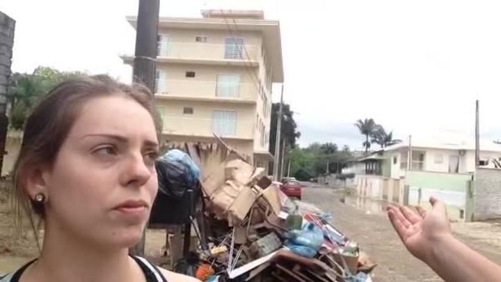 Dia é de trabalho para limpar casas afetadas pela chuva em Rio do Sul