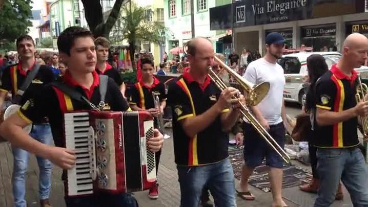 Veja como foi o passeio das rainhas da 27° Schützenfest junto da banda versalles no centro de Jaraguá do Sul