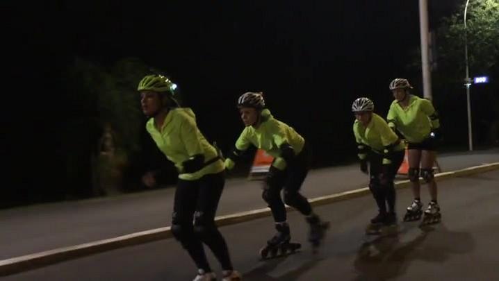 Grupo de patinadoras chama atenção na noite da Capital