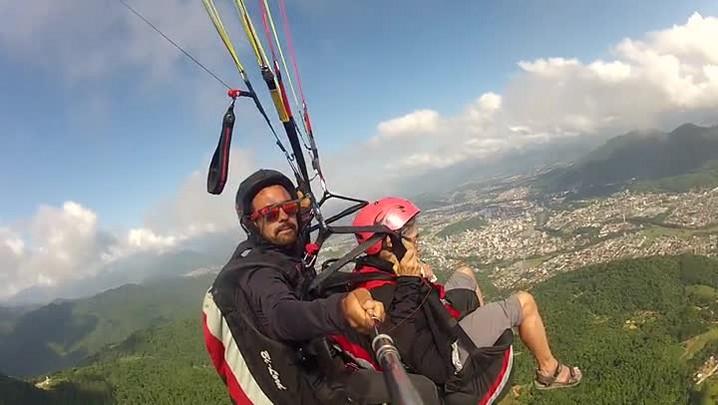 Confira as imagens do voo de parapente da dona Ana Seechi no morro das antenas em Jaraguá do Sul
