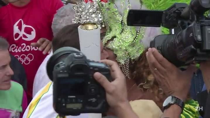 Tocha olímpica desfila no centro do Rio