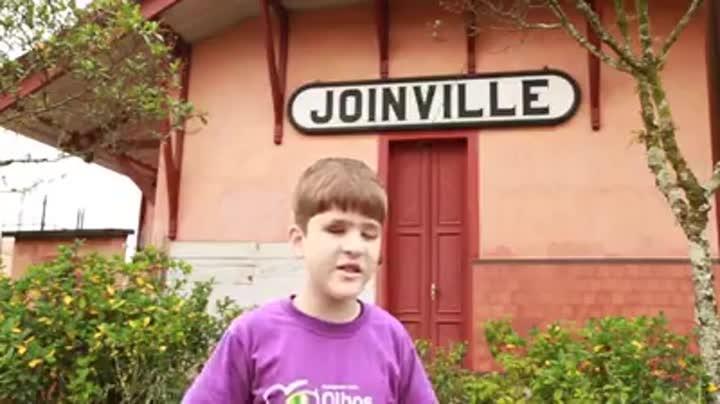 Menino cego anda de bicicleta sozinho em Joinville