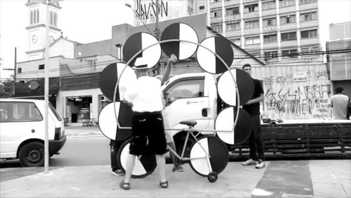Conheça a biciclóptica, obra da exposição Panorâmica, de Guto Lacaz