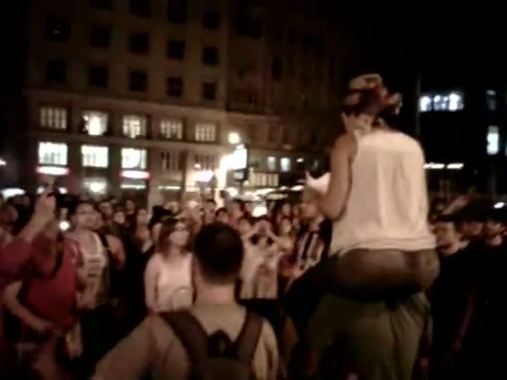Manifestantes se reúnem em frente à prefeitura e criticam Brigada Militar