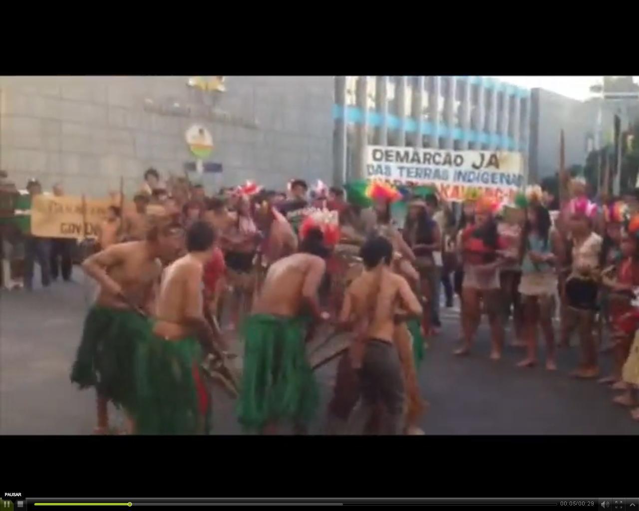 Índios protestam em frente ao Palácio Piratini