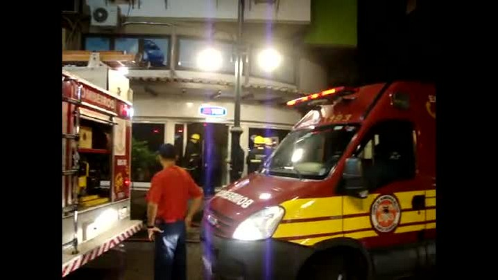 Loja de celular de Blumenau tem parte da vitrine atingida pelo fogo