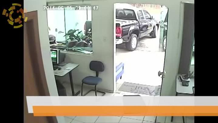 Vídeo mostra momento que assaltantes são surpreendidos por dono de loja