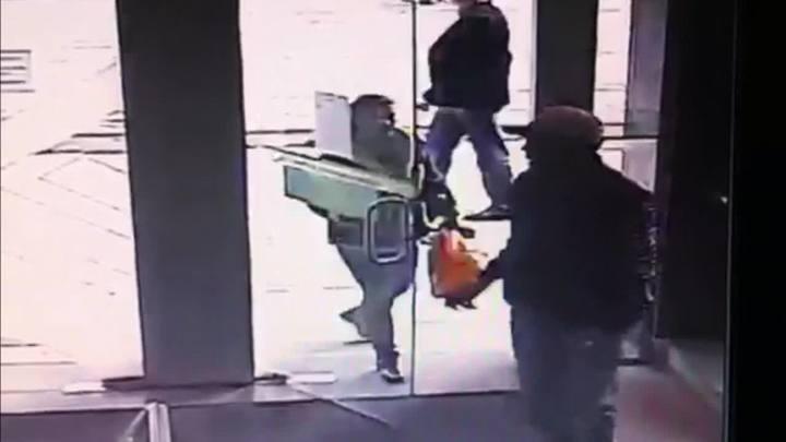 Suspeitos entram em banco para usar cartão roubado de Ivete Simon