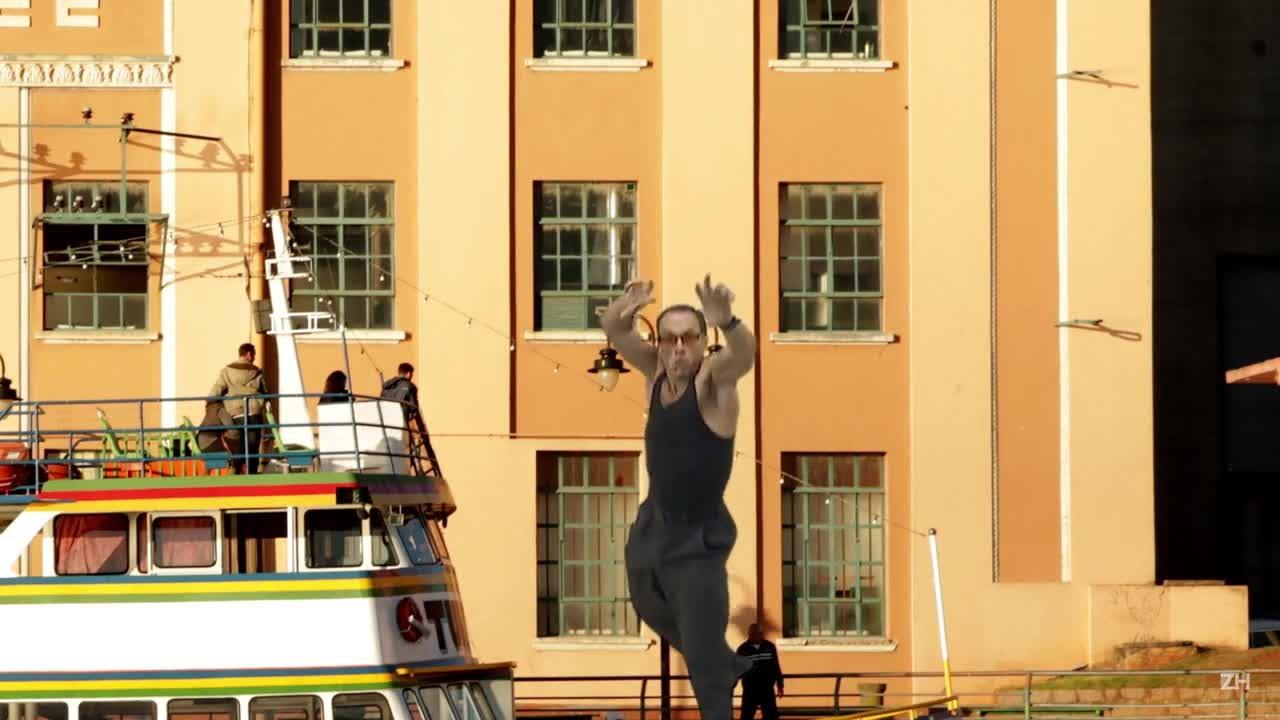Van Damme mergulha no Guaíba