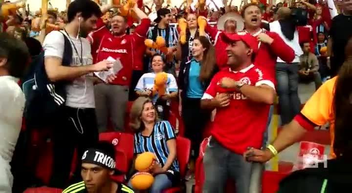 Colorados comemoram gol de Nilmar na torcida mista