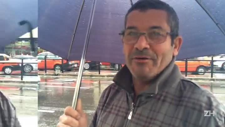 Chuva atrapalha os pedestres em Porto Alegre