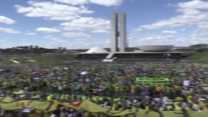 Manifestantes protestam contra governo Dilma em Brasília
