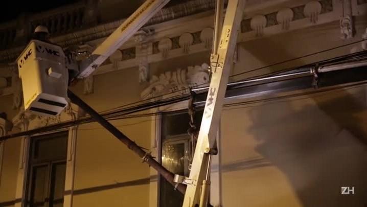 Funcionários da CEEE removem poste danificado durante a noite desta quarta