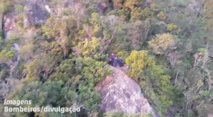 Bombeiros fazem resgate no Morro do Cambirela